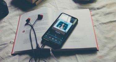 Comment jouer automatiquement de la musique avec des paroles sur iPhone