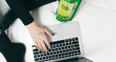 Comment nettoyer un clavier collant sans retirer les touches
